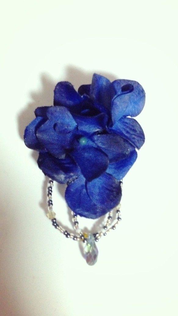 『雫』深い深い紺青がとても美しい紫陽花のブローチです。お花の部分のみですと5cmと小さめではありますが、何時ものお洋服やストールにプラスして頂きますと途端にク...|ハンドメイド、手作り、手仕事品の通販・販売・購入ならCreema。