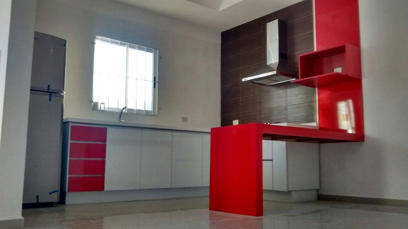 Cocina minimalista con cubierta de superficie s lida for Superficie cocina
