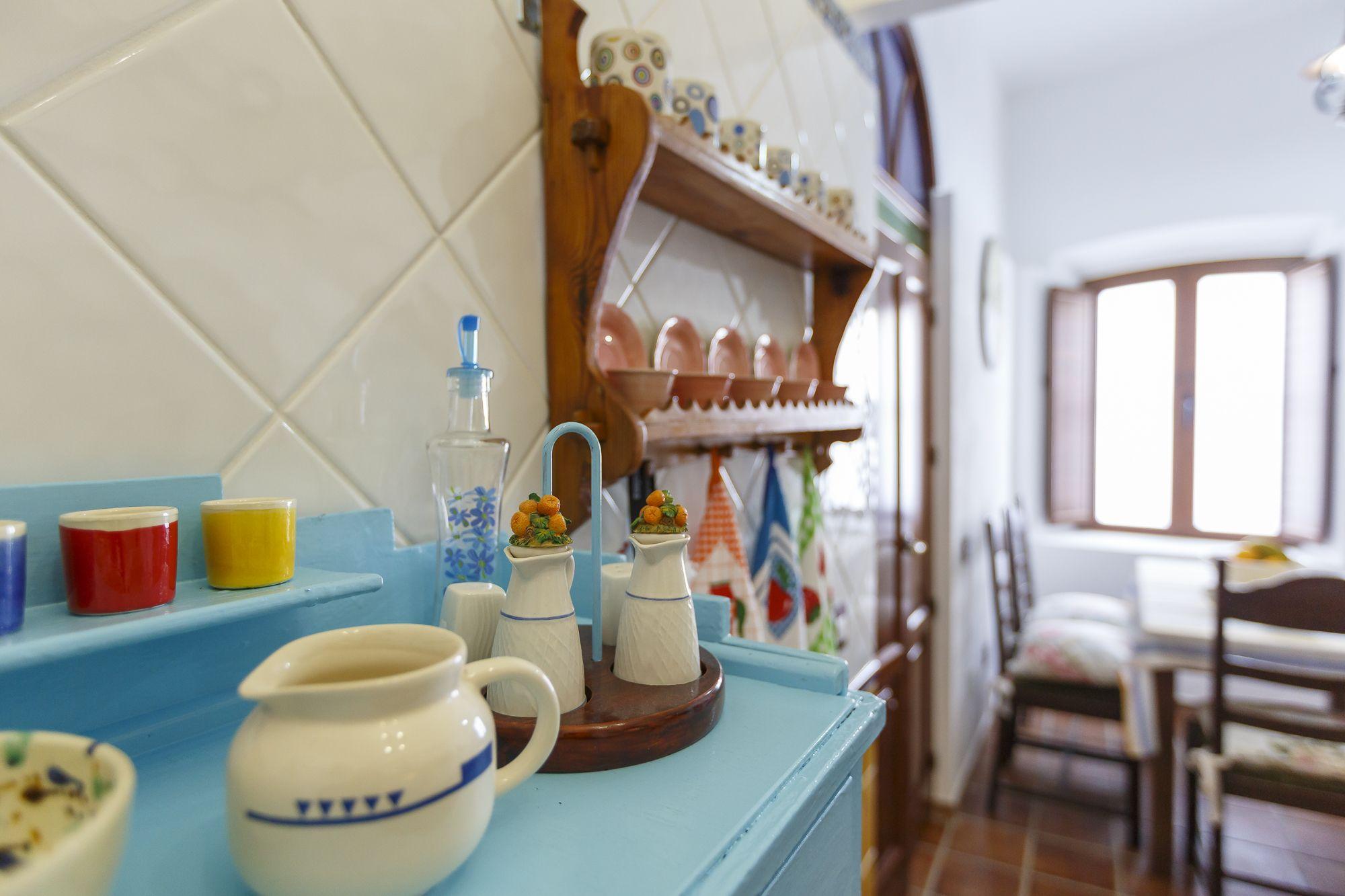 Fresquera y vajilla de barro en cocina con muebles ...