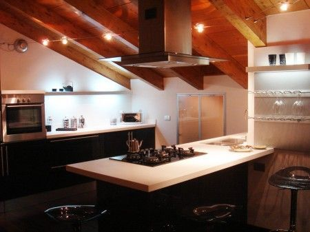 Attic kitchen. Mensola alto-basso