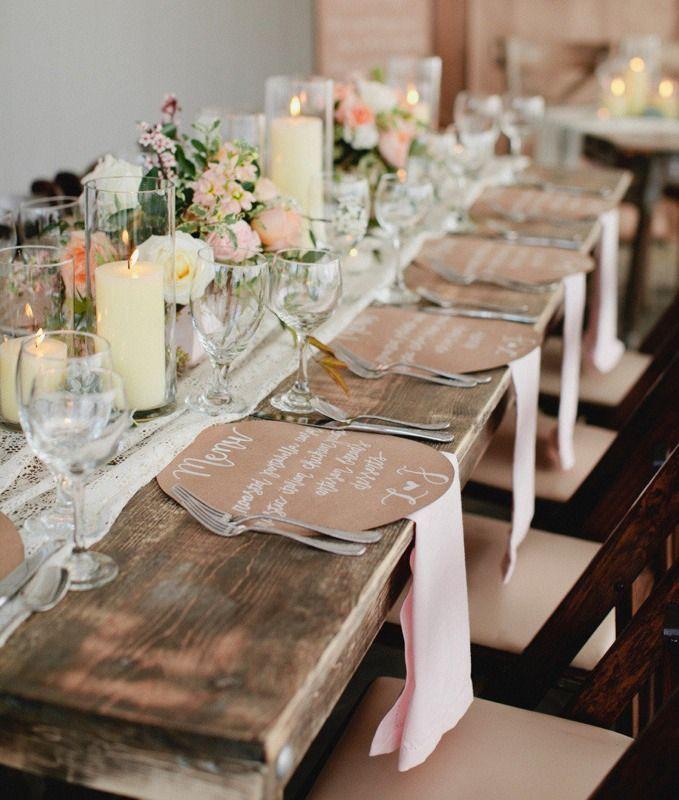 Tischdeko mit großen Kerzen und selbstgemachte Menükarten Deko