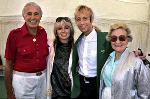 Robin With Dwina And His Parents In November 2006 Gibb Released An Album Of Christmas Carols Called Robin Gibb My Favourite Carol Robin Andy Gibb Bee Gees