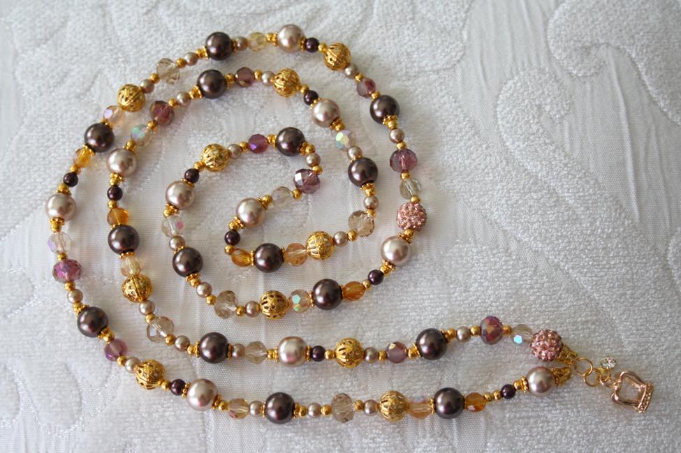 Käsintehty kaulakoru kruunu-koristeella. / Hand made necklace with crown decoration.