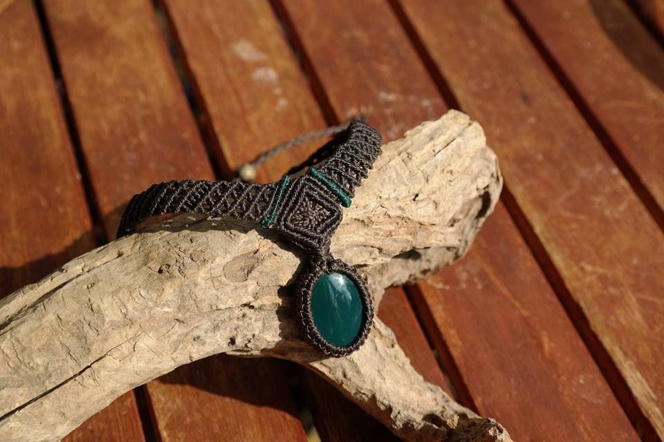Eine schöne enganliegende micro macramee Kette mit grünen Achat.