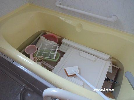 月に1度くらいのペースで浴室の黒カビ退治をします やり方はいたって簡単 水と塩素系漂白剤を入れた浴槽に 外せるパーツをすべて放り込むだけ そして 今まで落とせないと
