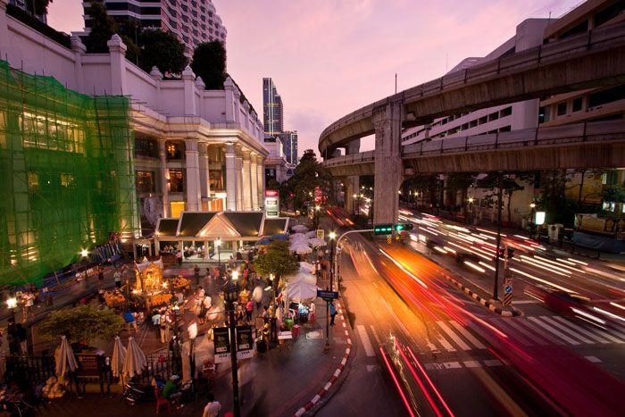 Bangkok – villi asfalttiviidakko  Bangkok on todellinen asvalttiviidakko. Kuristajakäärmeiden lisäksi kaupungilla voi nähdä liikenteen seassa löntystäviä norsuja ja jättimäisiä varaaneja puistoissa.