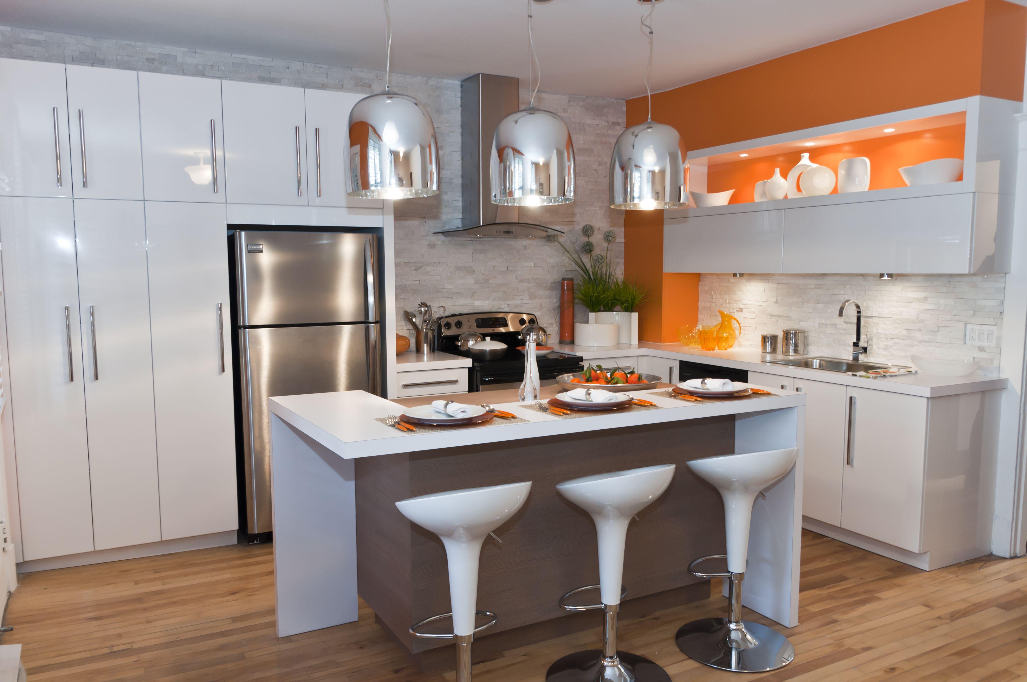 cuisine blanche avec brique de parement et mur couleur | chambre ...