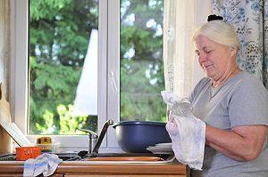 Oma beim Putzen