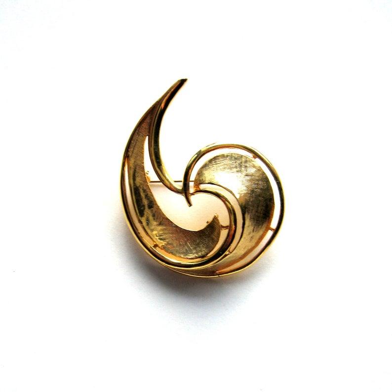 Wonderful vintage goldtone swirly abstract brooch