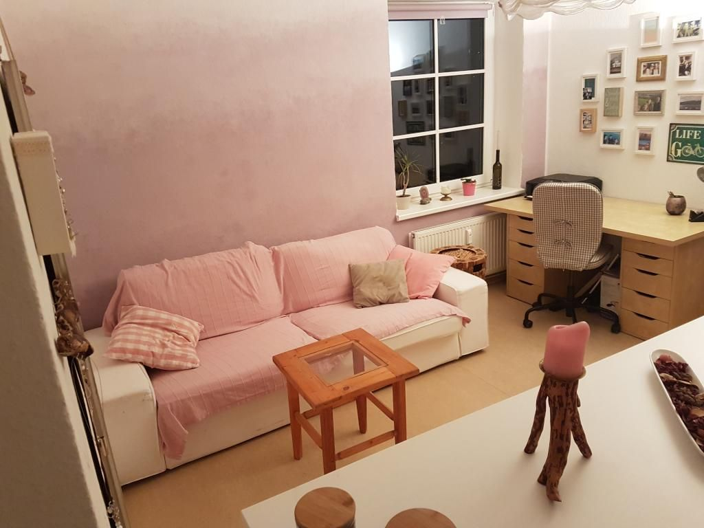Gemutliches Wg Zimmer Fur Madchen In Rosa Wg Zimmer Einrichtung Sofa Rosa Wandfarbe Wandgestaltung Fotowand Room Interior Wg Zimmer Zimmer Haus