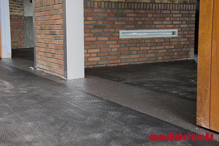 Rubber gietvloer gecombineerd met een hamerslag antislip mat Bij Dierenkliniek Heesch http://noddevelt.nl/rubber-matten/te-koop/paarden-stal-trailer-vrachtwagen.html