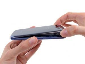 Schritt 5 -  Heben Sie die hintere Schale und entfernen Sie sie vom Handy. Möglicherweise müssen Sie das Gehäuse zuerst abschälen, um es von den Clips zu entfernen, die es an der Unterseite des Telefons weiterhin halten.