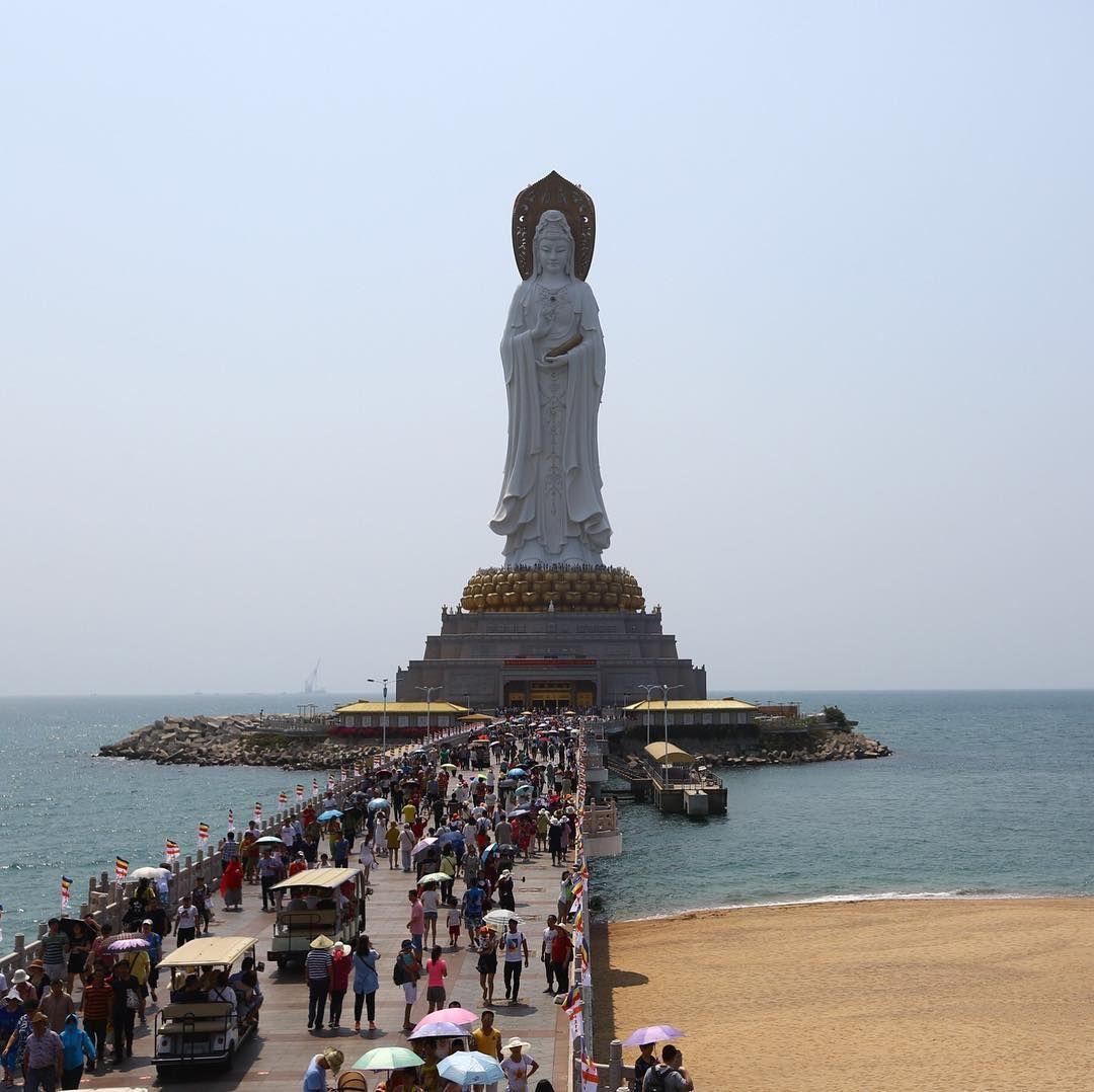 تمثال بوذا غوان يين في مدينة سانيا بمقاطعة هاينان الصينية الزوار يتوجهون إلى التمثال لحرق البخور والصلاة كي يأتيهم Instagram Instagram Posts Statue Of Liberty