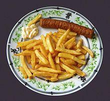 Niederländische Küche: Frikandel mit Patat und Mayonnaise