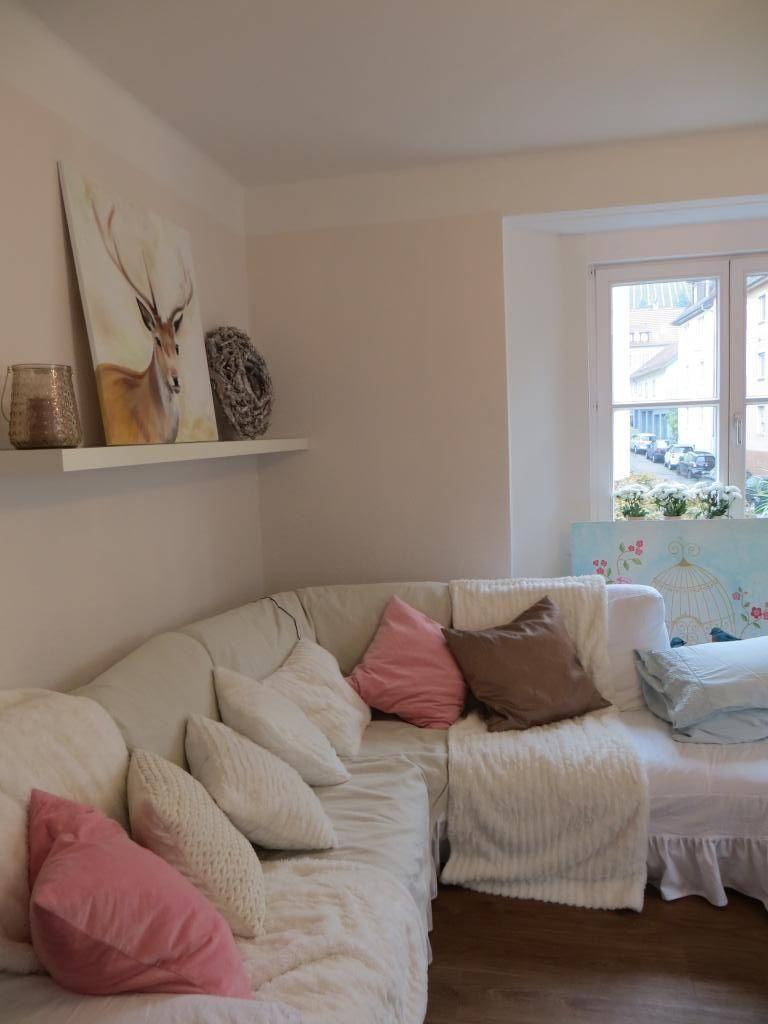Möbliertes Zimmer in Esslingen bei Stuttgart: Gemütliches Ecksofa mit vielen Kissen, helle Farben und Acrylbilder. #WGStuttgart #Couch #Leinwandbild