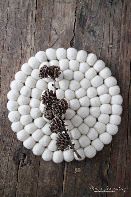 Manchmal braucht ein Raum einfach nur etwas weiße Farbe. Unser handgemachter Shirisha-Filzballuntersetzer hat ein makelloses Erscheinungsbild.   Größe 20cm und kann jetzt auf http://www.sukhi.de/rund-shirisha-filzkugelteppiche.html bestellt werden.