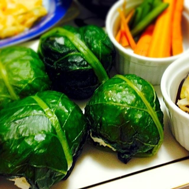 塩鮭とゴマの混ぜ御飯を野沢菜で包んだおにぎり。添えものは、味噌漬け人参、エシャロットと茗荷と塩昆布の胡麻油炒め。かき揚げ、汁物などほか数品。 - 69件のもぐもぐ - 野沢菜おにぎり、など。 by jumin