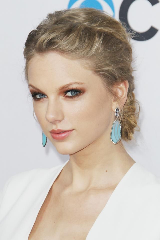 Taylor Swift Smokey Brown Eye Makeup With Golden Hint Neutral