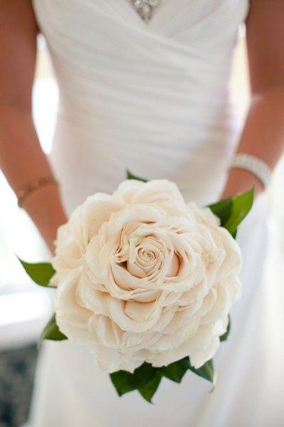 sempre più di moda un unico fiore grande per il bouquet della sposa ...