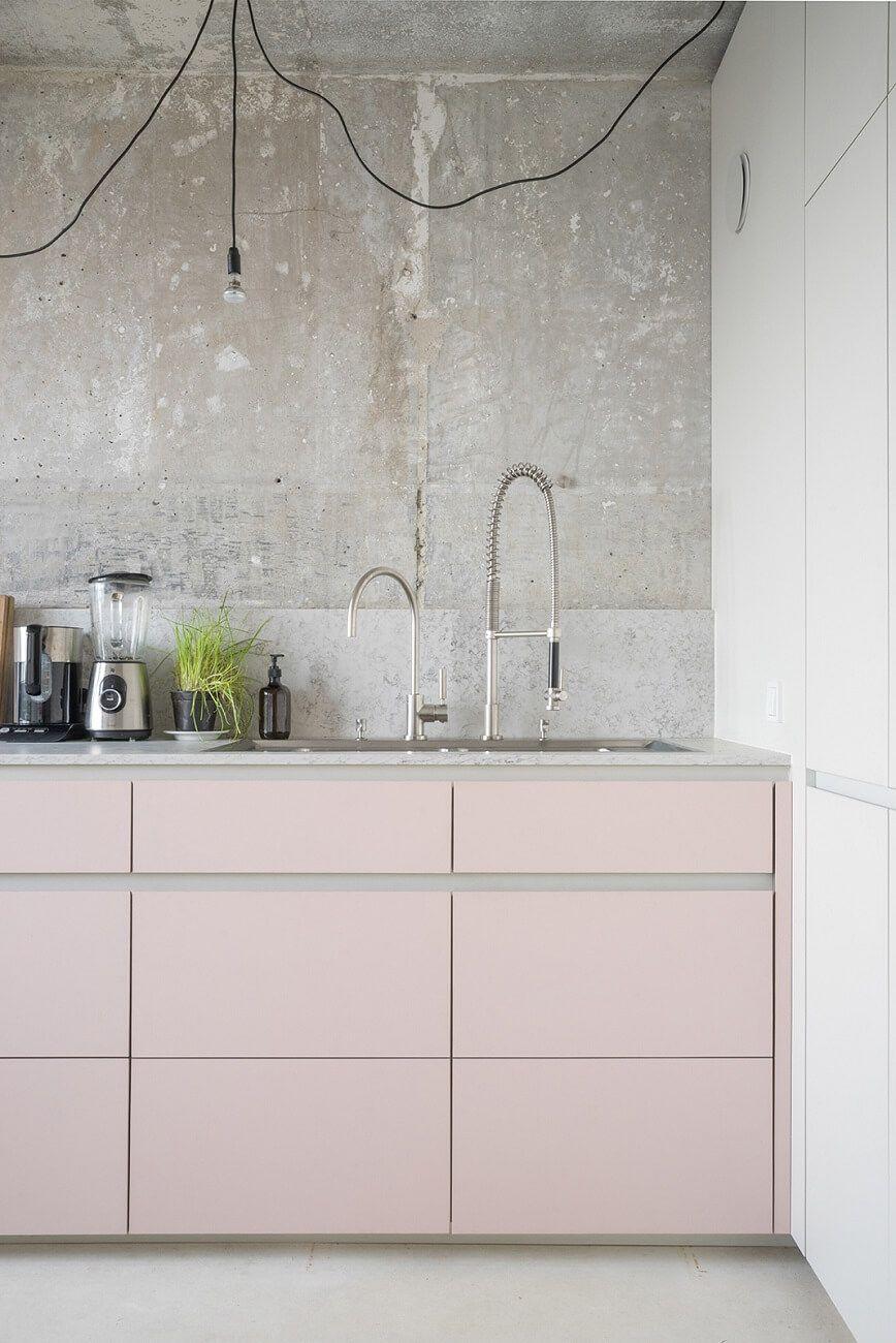 J Adore Le Contraste Entre Les Meubles Beige Au Design Epure Et L Aspect Use Du Mur En Beton Rosa Kuchen Rosa Kuche Inneneinrichtung