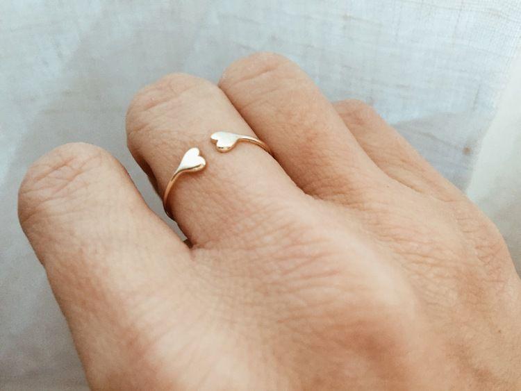 """El anillo """"love"""" es una pieza de plata bañada en oro. Es un anillo con aperturas y en su terminación tiene como detalle dos corazones enfrentados  Disponible en talla 12 y 14 ya que se puede ajustar a otras tallas.  Se recomienda no mojar ni utilizar spray de colonia cerca del anillo."""