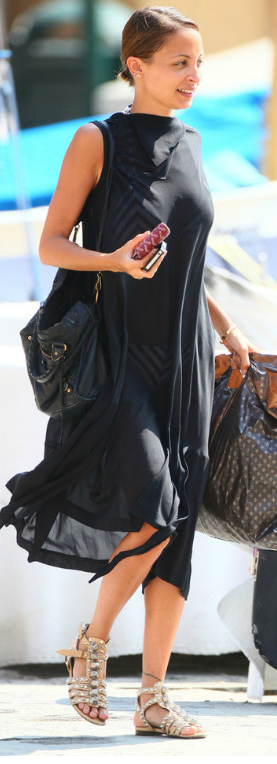 Who made Nicole Richie's studded nude sandals, pink print wallet, black handbag, and stripe string bikini?
