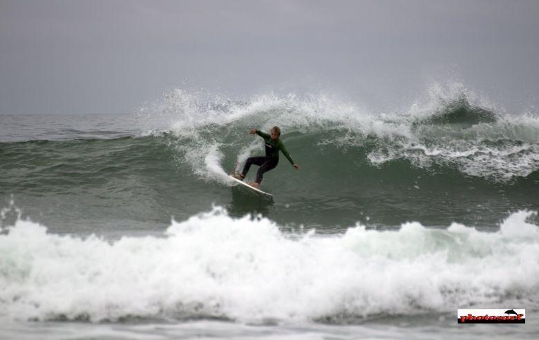 CANTALAPIEDRA es un beach breack situado al final de la playa de La Lanzada, dirección de San Vicente. La ola, de pico variable, como norma general es tendida, aunque tiene secciones según la marea huecas, aguantando hasta dos metros. Necesita mar de Oeste o Suroeste con vientos de Norte.     Aunque sea fondo de arena no se suele mover mucho por lo que con cualquier marea se puede surfear una ola de derecha larga y una izquierda larga.