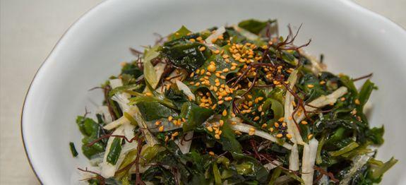 Algen sind super gesund und oben- drein noch echte Schlank-macher. Im Sommer einfach erfrischend und leicht. Ihr findet einige bunte Mischungen von Algensalaten in gut sortierten Asia Supermärkten....