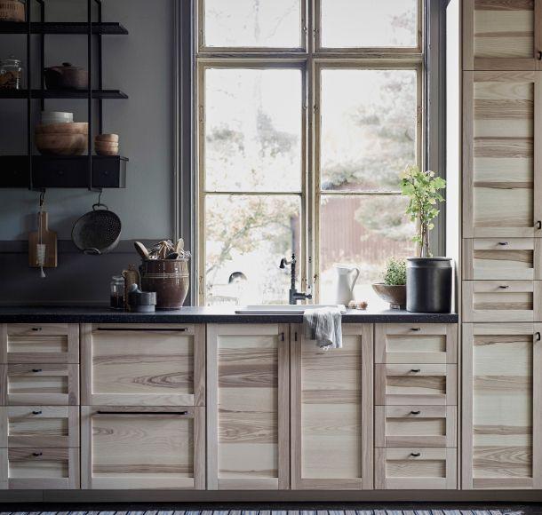 eine metod k che mit torhamn fronten in esche mit geschmiedeten griffen und einer schwarzen. Black Bedroom Furniture Sets. Home Design Ideas