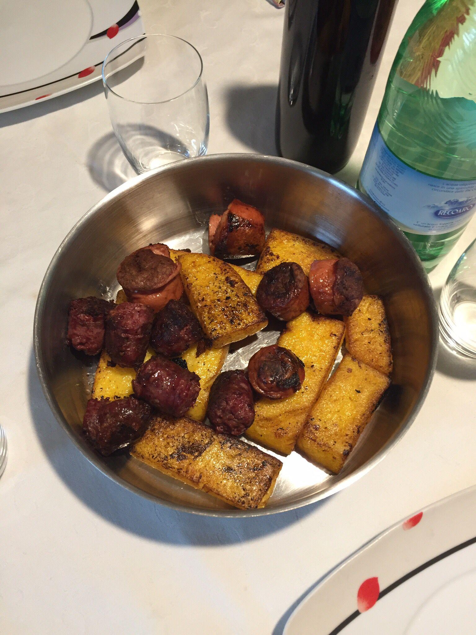 Morette e würstel artigiani con polenta veneta, cucinati con il pocio delle costine di vitello.