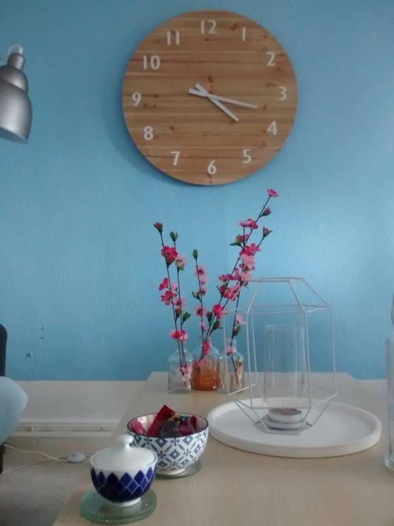 Frühlingsblumen in zartem Rosa auf dem Frühstückstisch