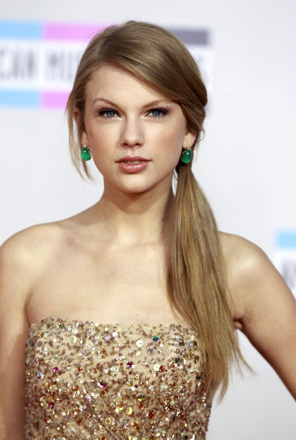 Country singer taylor swift releases her brand new single ubegin