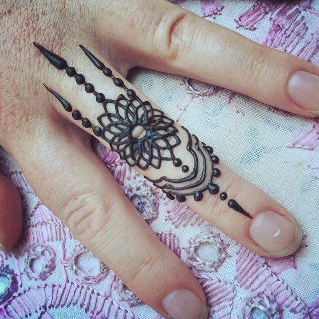 Henna Finger Tattoos: Pinterest // @alexandrahuffy ☼ ☾