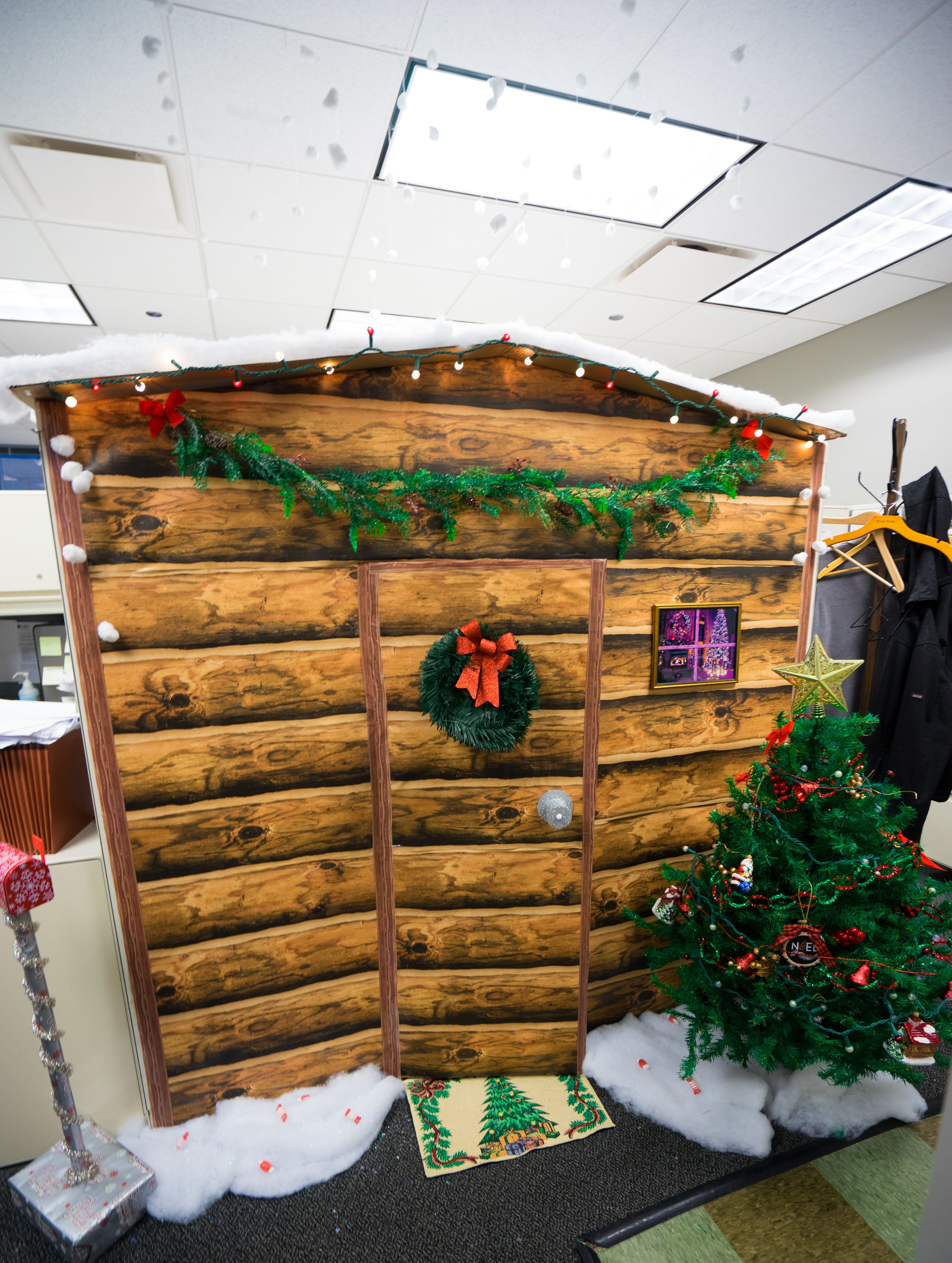 Work cubicle turned into a christmas log cabin made out for Cubicle decoration xmas