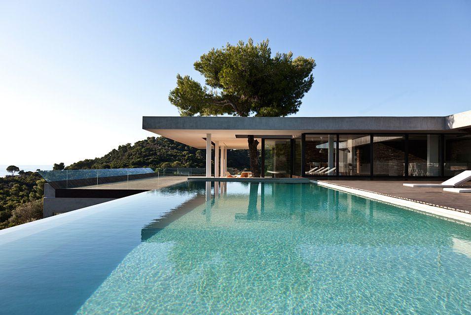 Moderne häuser mit innenpool  Moderne Villa auf Griechenland mit gigantischem Pool | Moderne ...