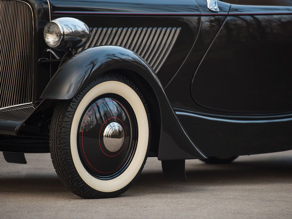 1932 Ford Model 18 Edsel Speedster >>> 85 bhp, 221 cu. in. Ford flathead V-8 engine with a Stromberg 81 two-barrel carburetor, solid front axle with semi-elliptic leaf spring, solid rear axle with semi-elliptic leaf spring, and four-wheel mechanical drum brakes. Wheelbase: 106 in.