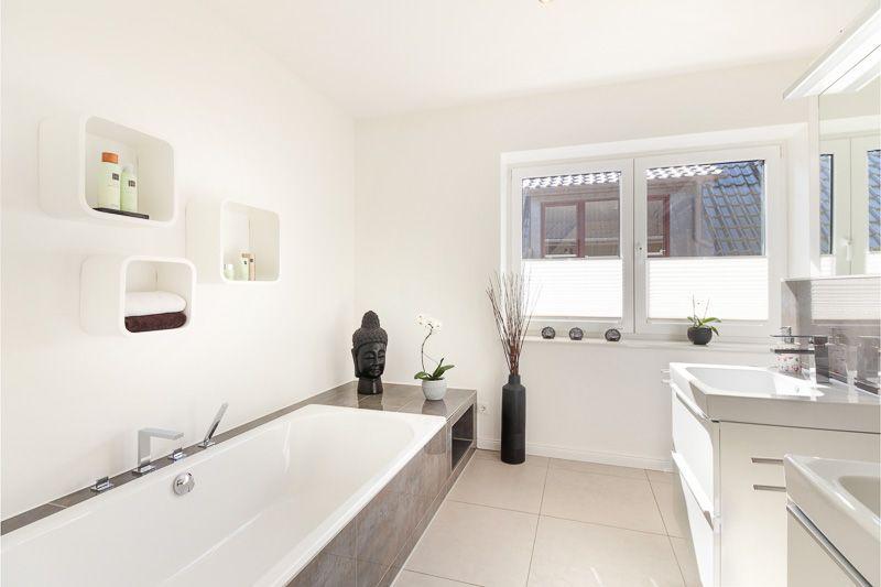 Modernes #Bad Mit #Badewanne Und #Waschbecken   ECO System HAUS