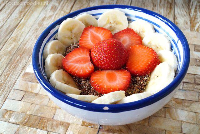 kwark ontbijt met banaan en aardbei
