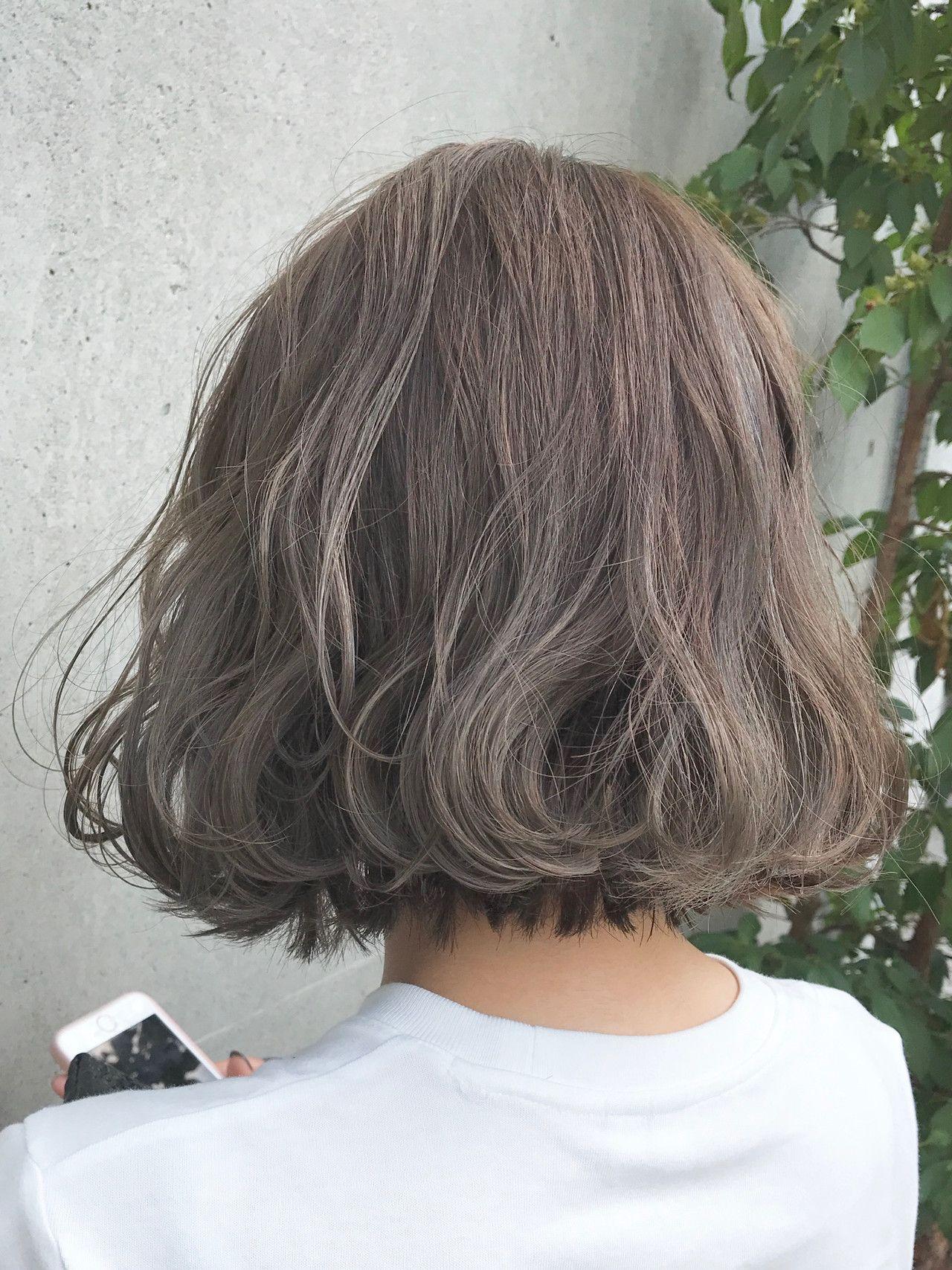 オリーブベージュハイライト 髪色 ベージュ ヘアスタイリング 切りっぱなし ボブ パーマ