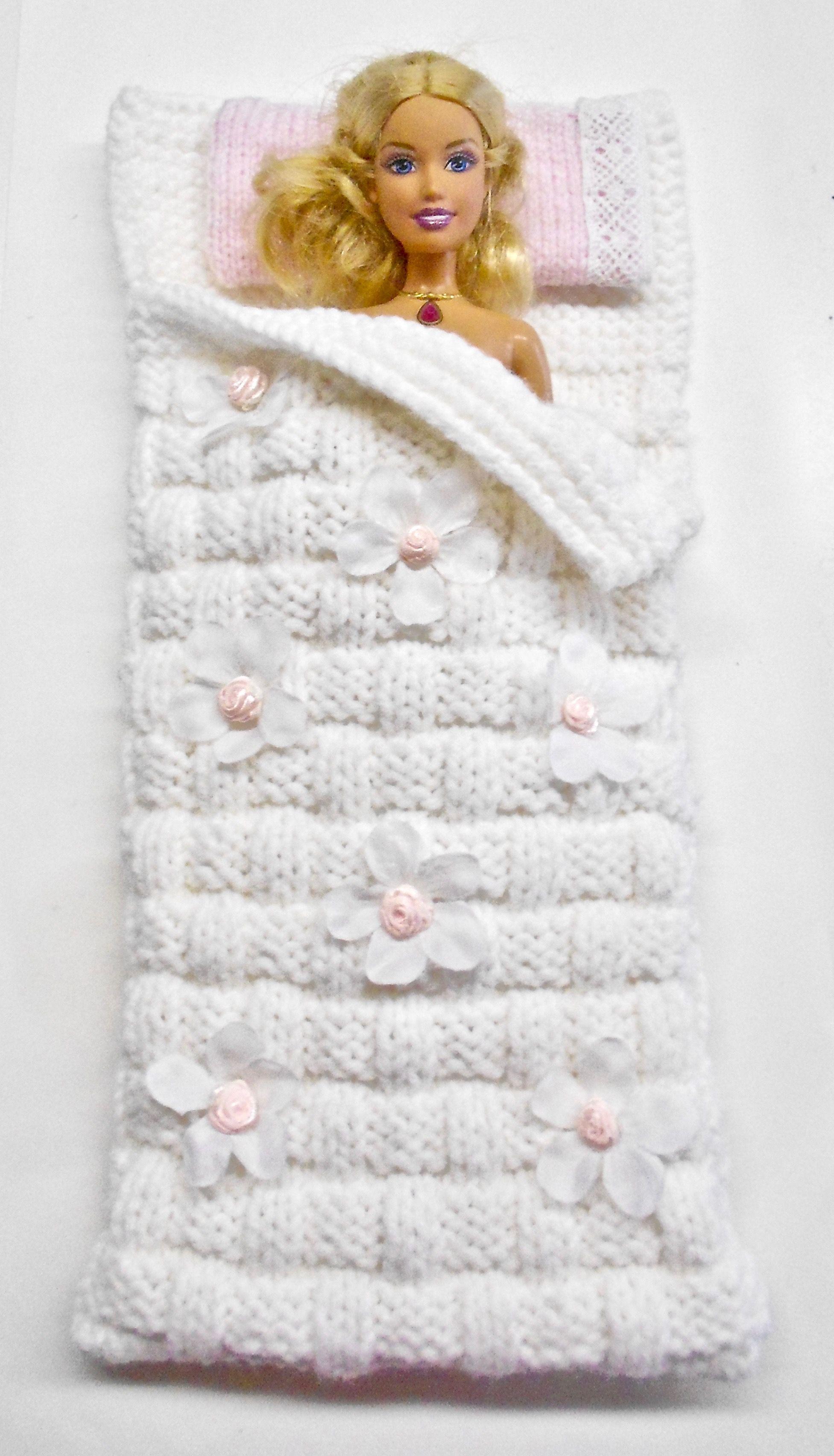 Barbie sleeping bag, tricot à la main, modèle unique #crochetedbarbiedollclothes