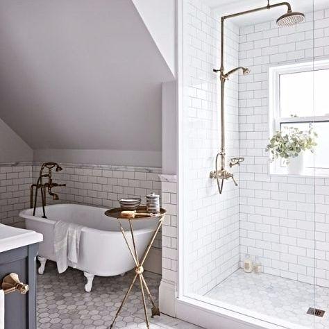 Cheio De Luz Natural O Banheiro Da Designer Allison Wilson E Revestido Com Subway Tiles A Banheira Antiga Upstairs Bathrooms Bathroom Interior Bathroom Renos