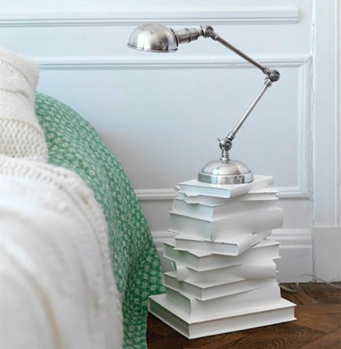Nachttisch lampe bücher kreative gestaltung EINRICHTUNGSIDEEN - schlafzimmer einrichtung nachttischlampe
