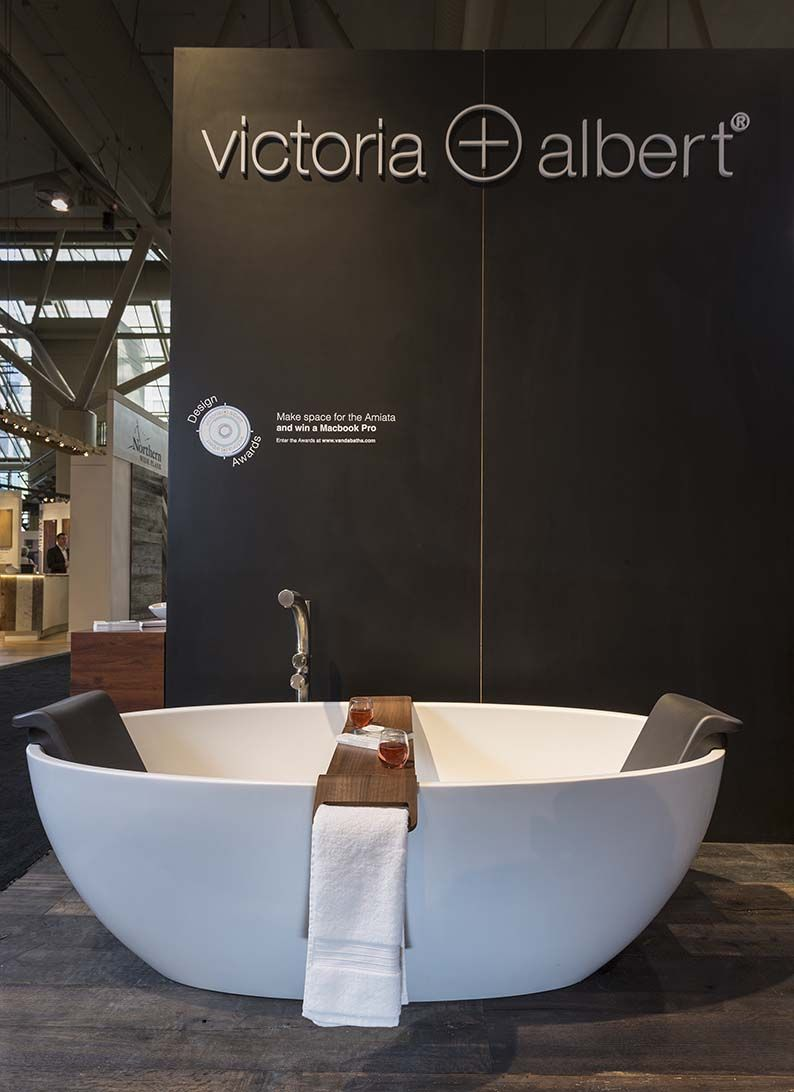 The Barcelona Tub Complete With Its Dedicated Backrest And The Tombolo Bath Rack Victoria And Albert Baths Modern Bathroom Renovations Modern Bathroom Remodel