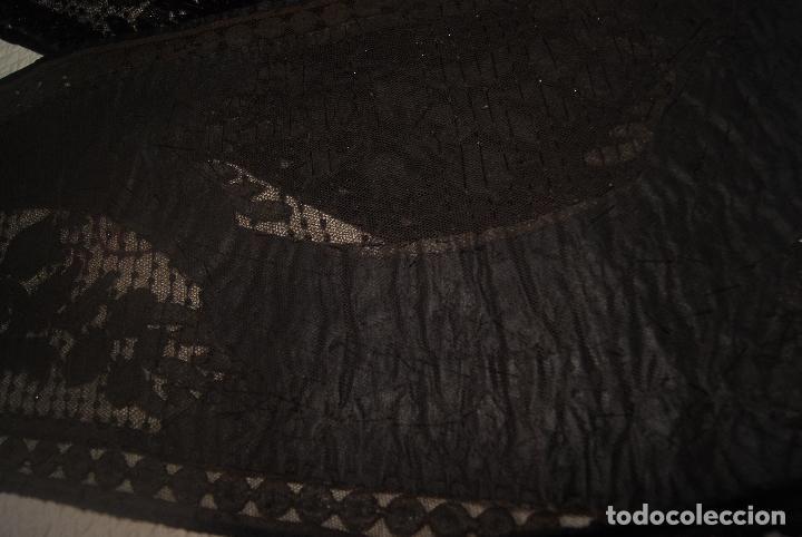 Antigüedades: MARAVILLOSA MANTILLA FINALES DEL SIGLO XIX ENCAJE TERCIOPELO Y AZABACHE - Foto 15 - 97438367