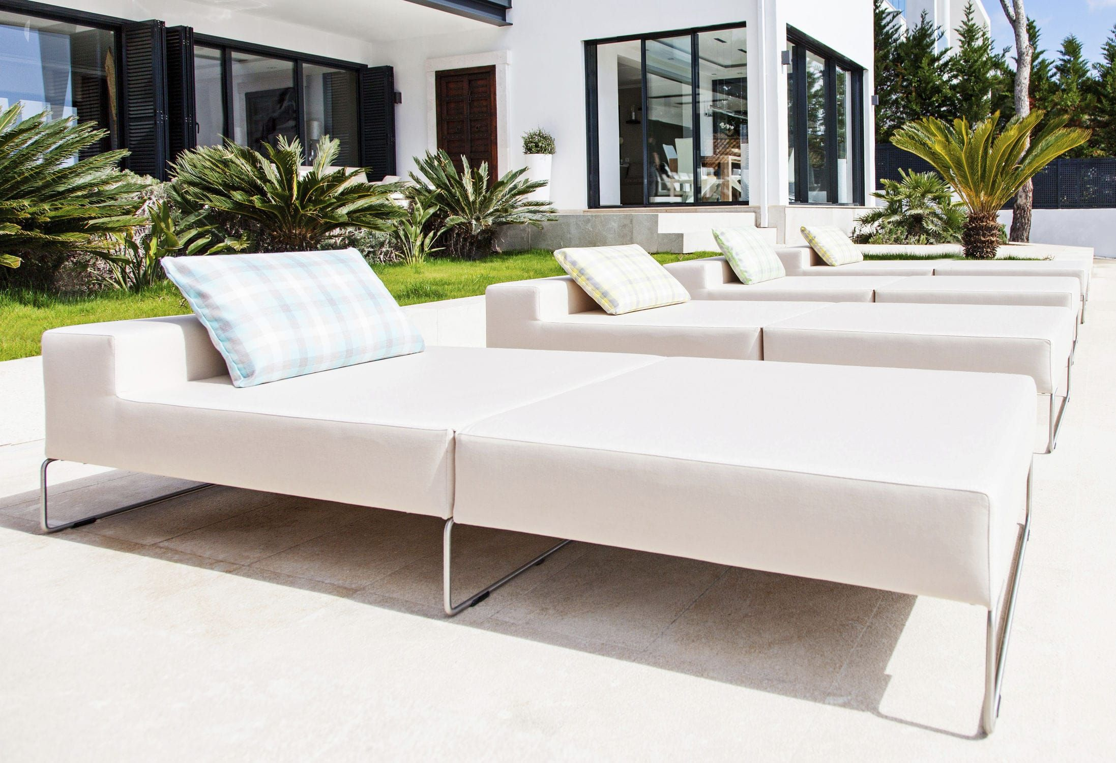 Contemporary lounge chair / stainproof / waterproof