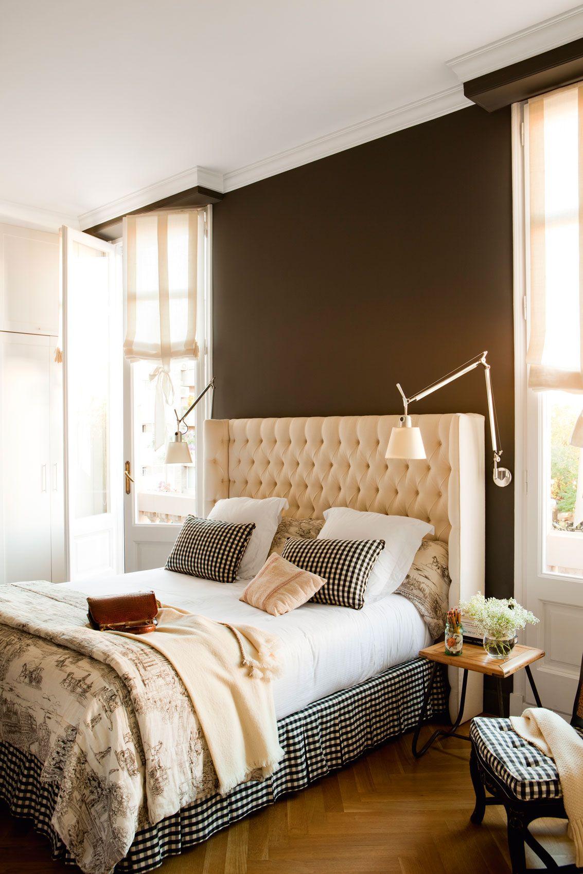 Dormitorio con cabecero en capitoné en blanco beige y negro ...
