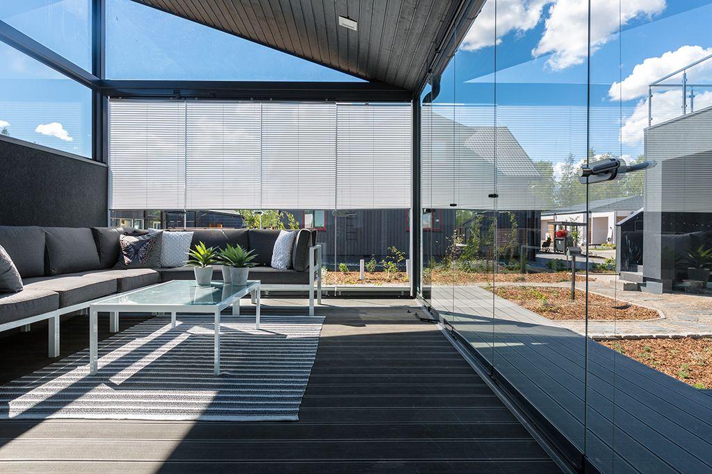 Kesällä kodin paras paikka on lasitetulla terassilla, jolle aurinko paistaa lämpimästi. Sisustuksessa käytetyt tuotteet: Lumon terassilasitus