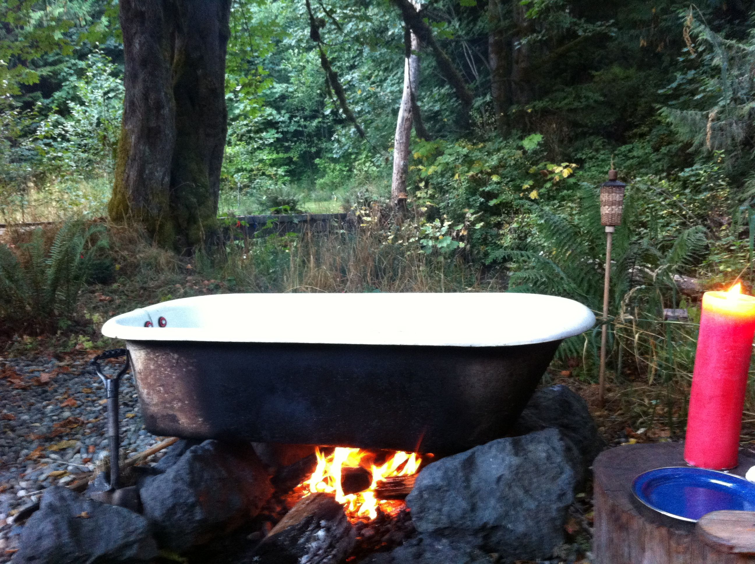 Cast iron tub heated by fire used for glamping olympic for Outdoor bathtub wood fired