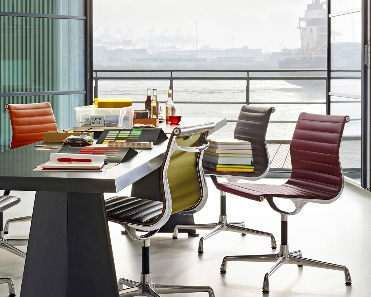 The Aluminium Chair By Vitra Is One Of The Great Furniture Designs Of The Twentieth Century Charles And Ray Eames Conceived And Deve