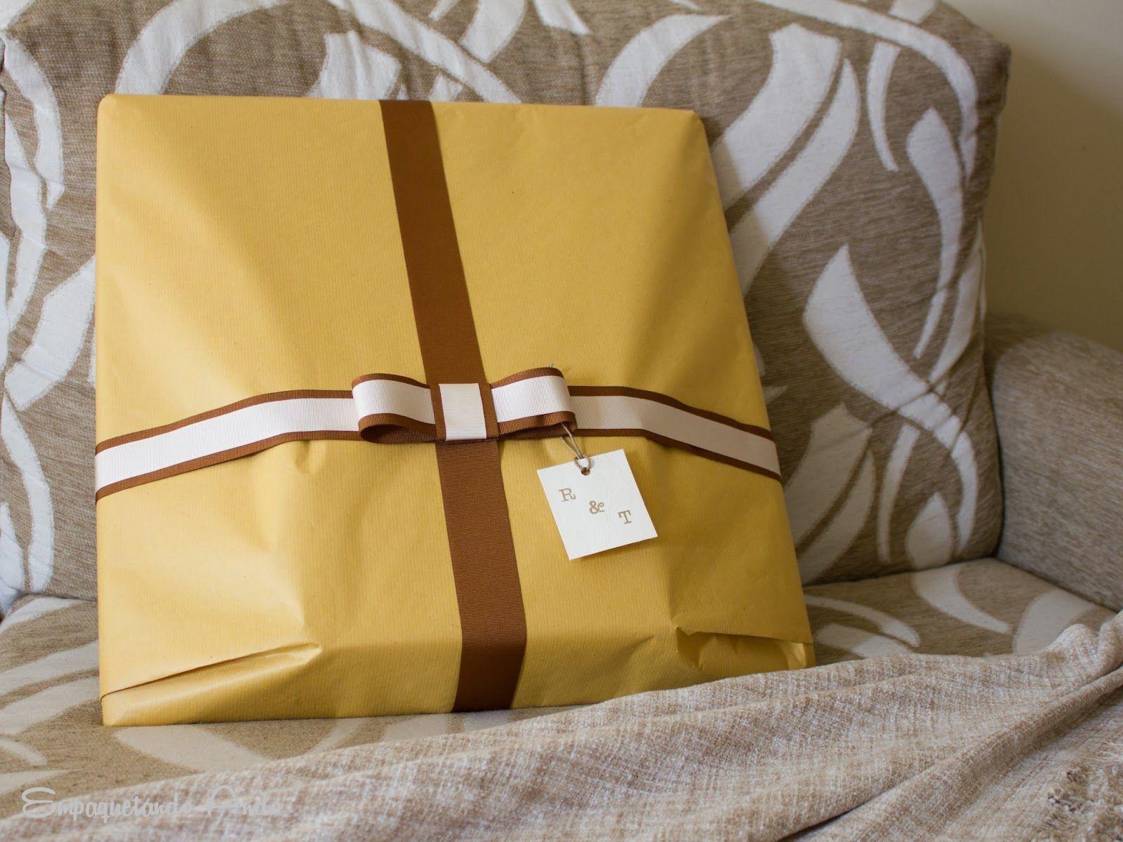 envolver regalos grandes con papel kraft y lazo de